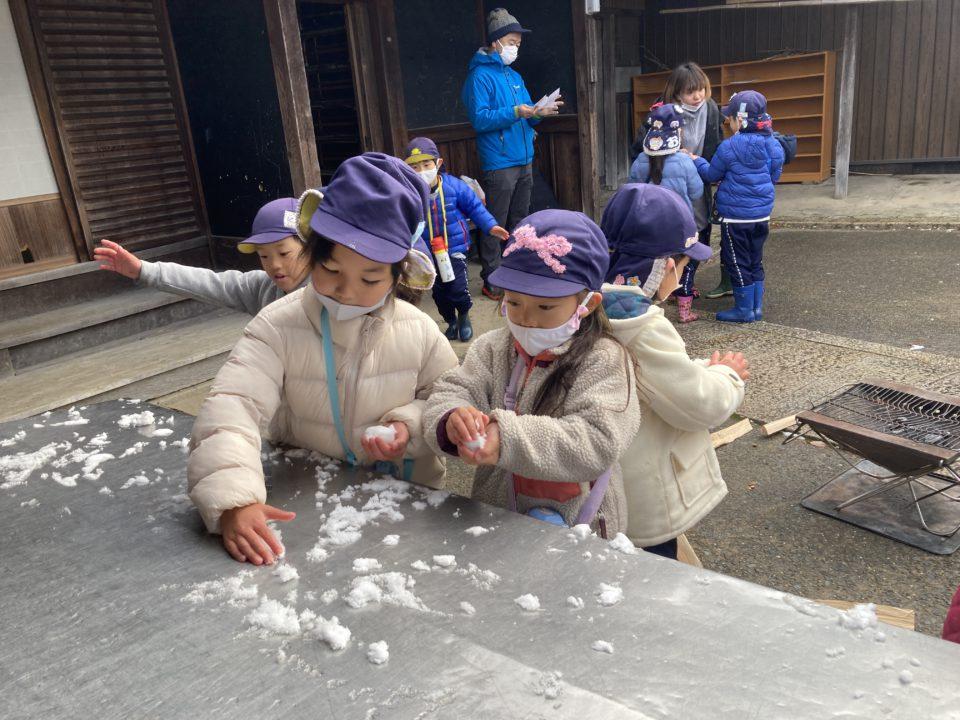 能勢で雪遊びを楽しむ園児