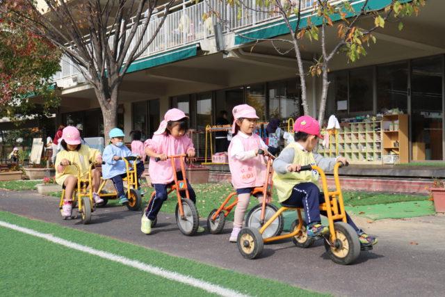 三輪車を楽しむ園児達
