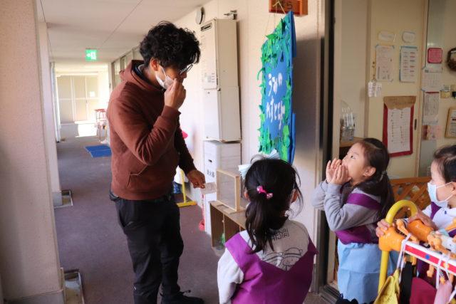 お店屋さんごっこを楽しむ幼稚園の先生