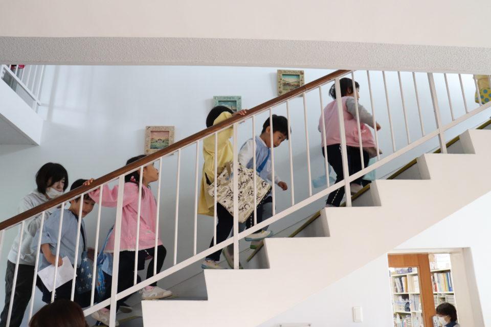 階段を上る子どもたち