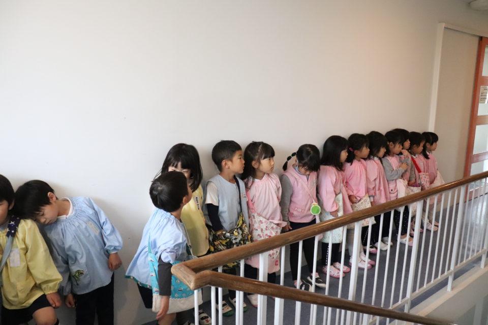 図書室前で並ぶ園児達