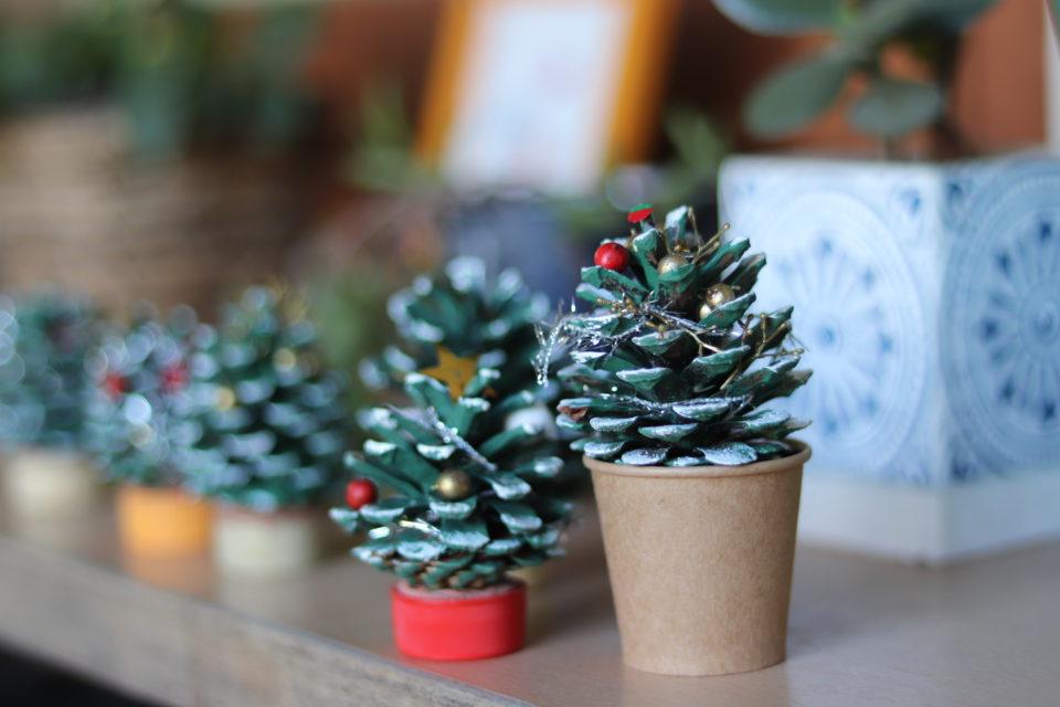 松ぼっくりで作ったクリスマスツリー