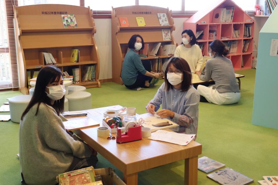 図書室の本を修理する幼稚園の保護者