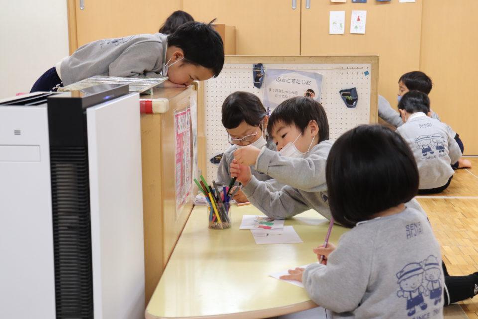 せんりひじり幼稚園のホームクラスでお絵描きをする園児