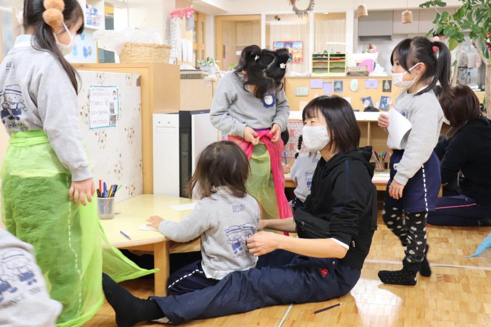 ホームクラスで園児と遊ぶ先生