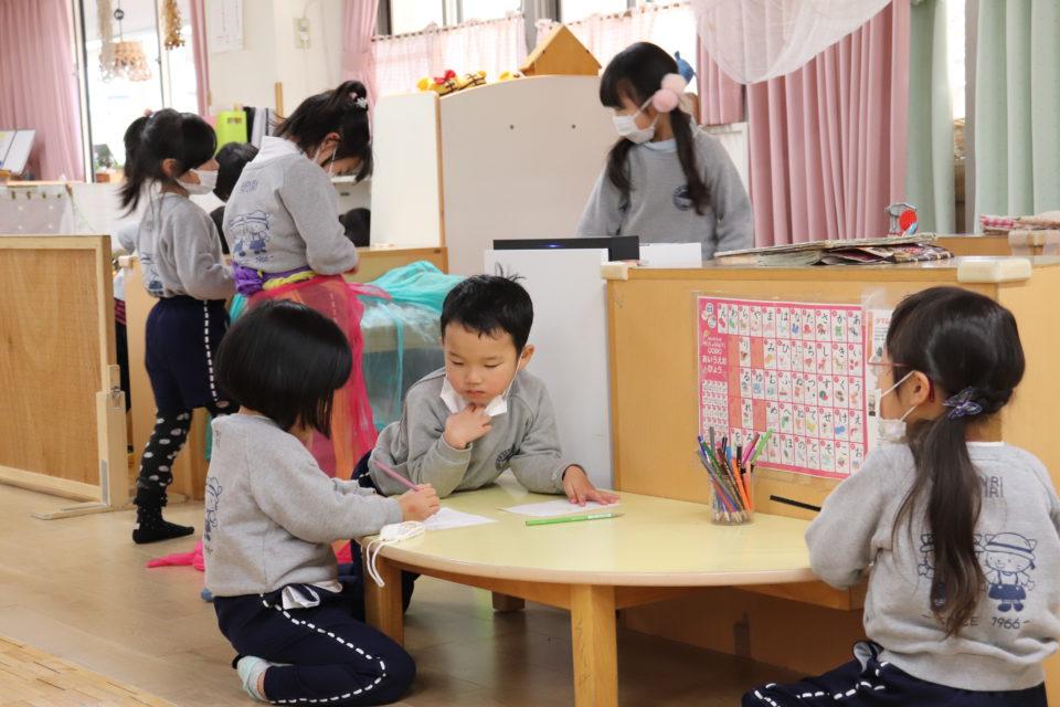ホームクラスで遊ぶ園児