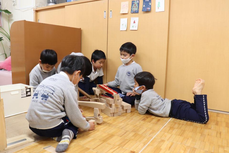 ホームクラスで積み木を楽しむ園児