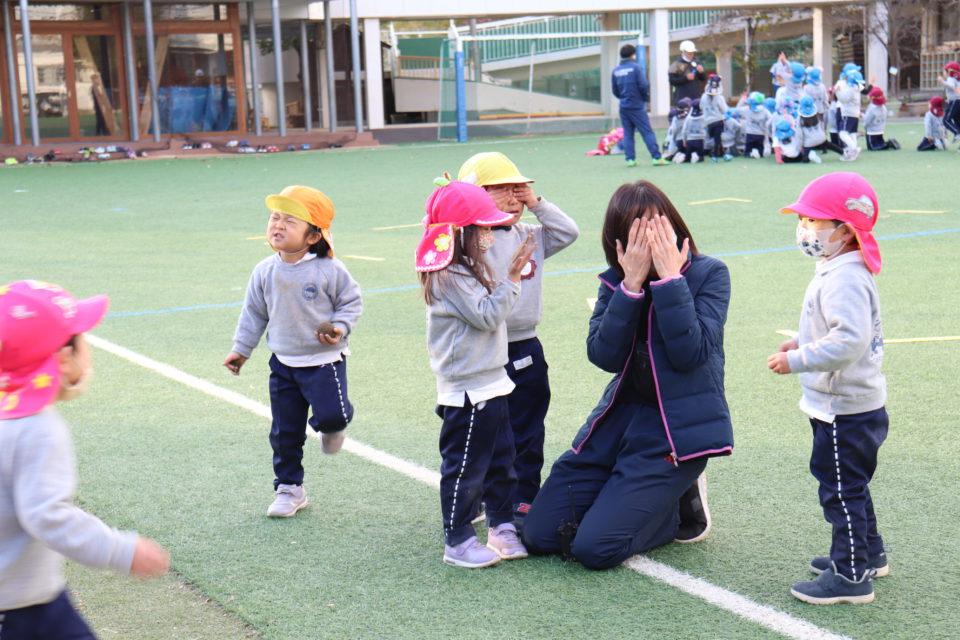 せんりひじり幼稚園の園庭で遊ぶ園児と先生