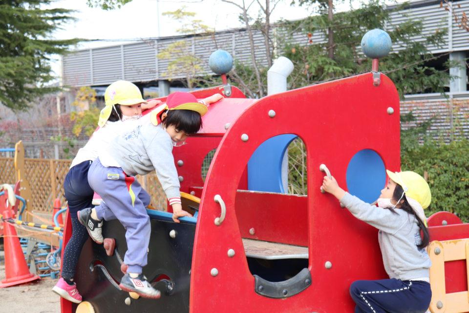せんりひじり幼稚園の園庭で遊ぶ園児