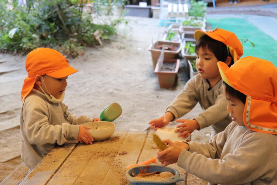 せんりひじり幼稚園の中庭で遊ぶ園児