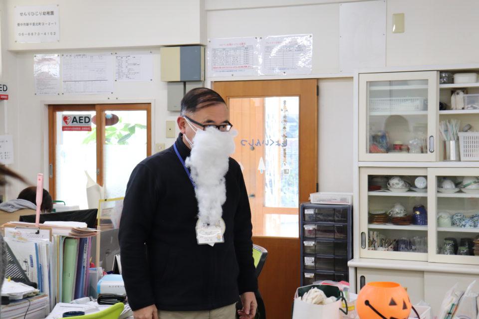 サンタのひげをつけている先生