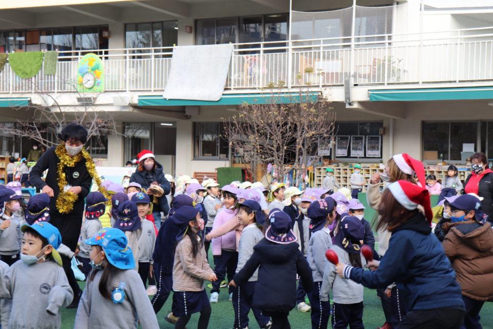 園庭でクリスマス会を楽しむ園児達