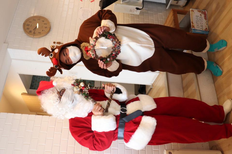 サンタとトナカイに扮する先生達