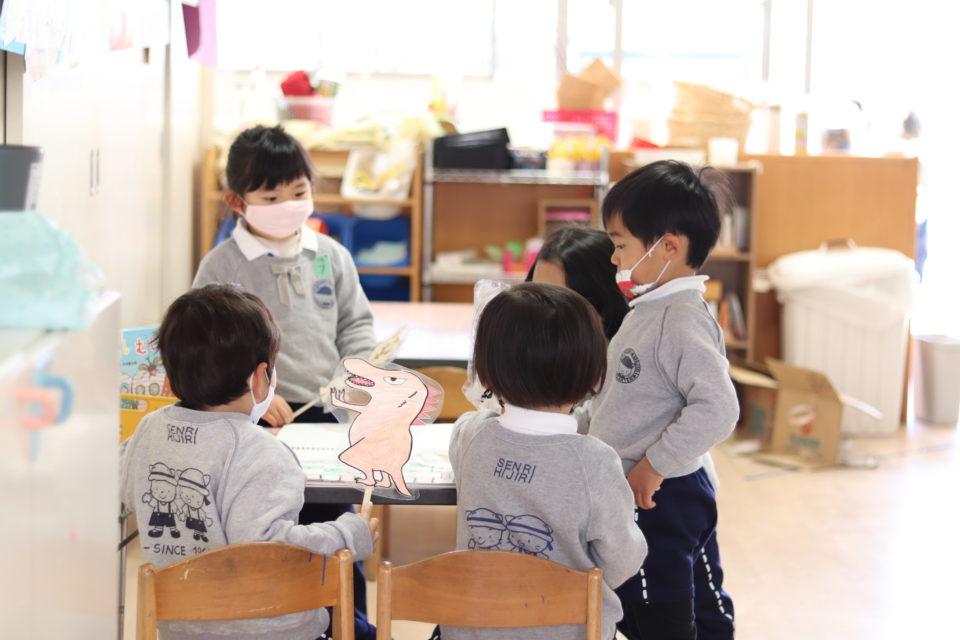 ペープサートで遊ぶ幼稚園児