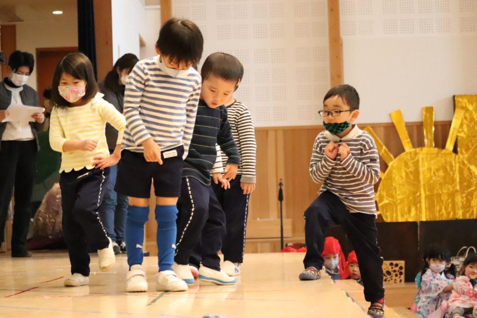 舞台上で立ち位置確認する園児
