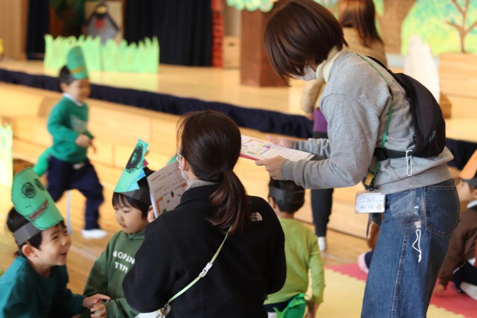 発表会の練習を手伝う幼稚園の先生達
