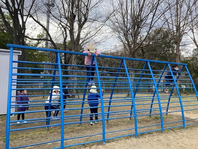 校庭で遊ぶ幼稚園の園児