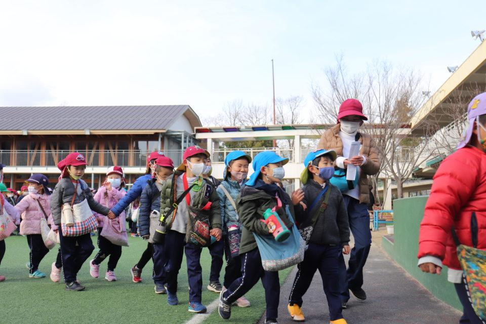 小学校訪問にでかける幼稚園の園児