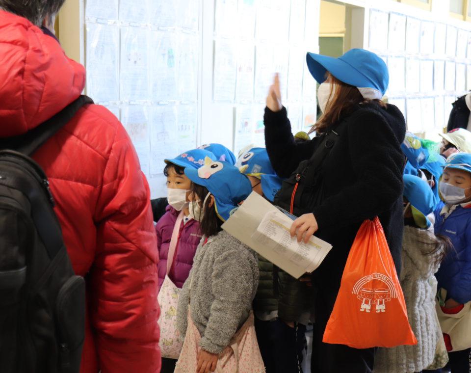 小学校訪問を楽しむ幼稚園の園児と先生