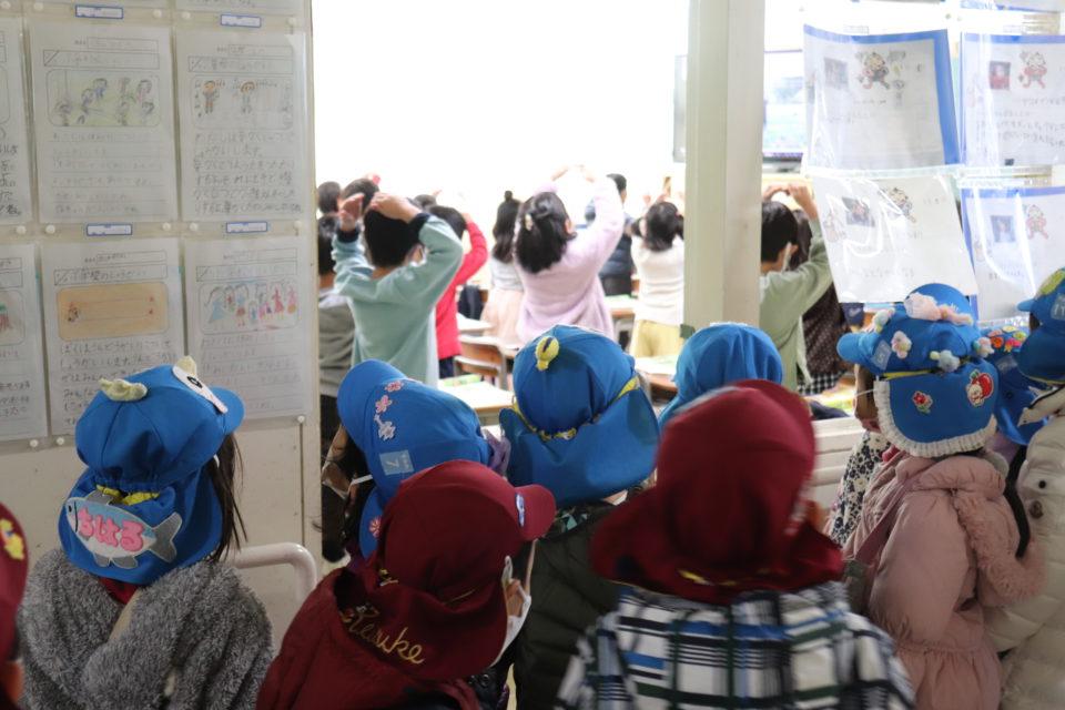 小学校訪問を楽しむ幼稚園の園児