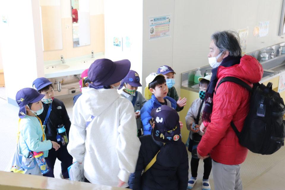 小学校訪問を楽しむ幼稚園の園児と園長先生