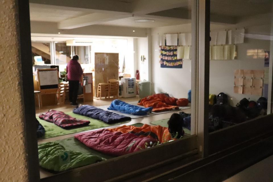 寝袋を並べた幼稚園