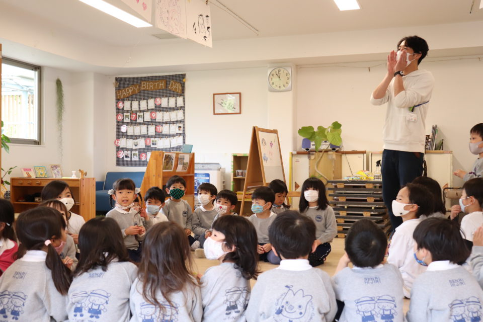 保育室で大きな声で叫んでいる幼稚園の先生