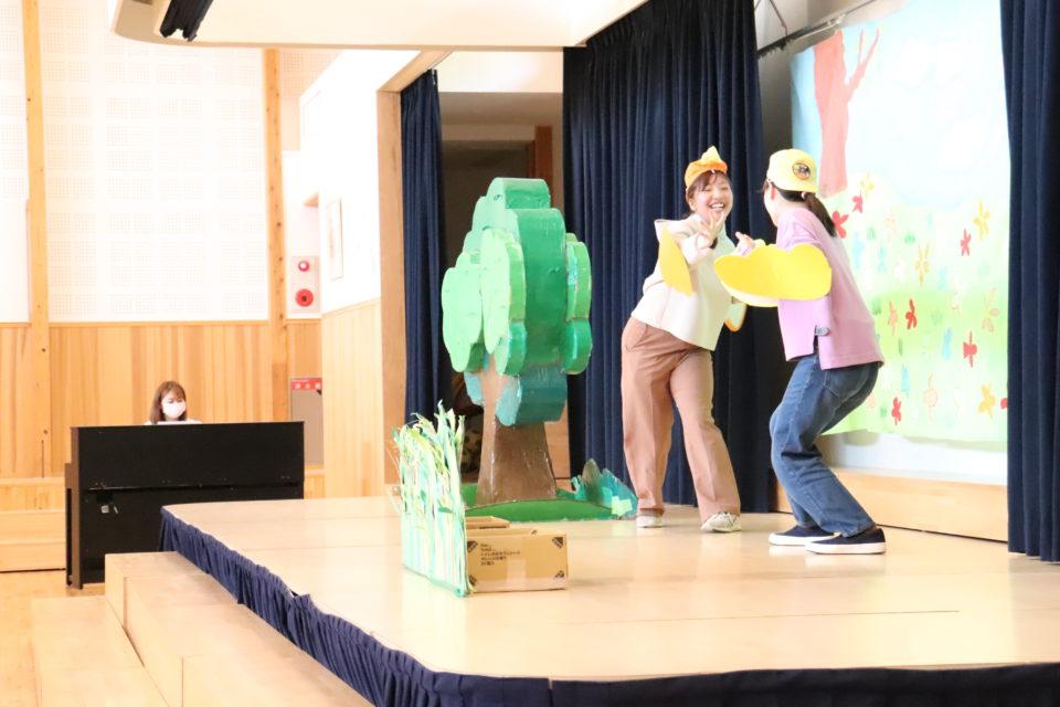 ステージで誕生日会用の劇をしている先生達