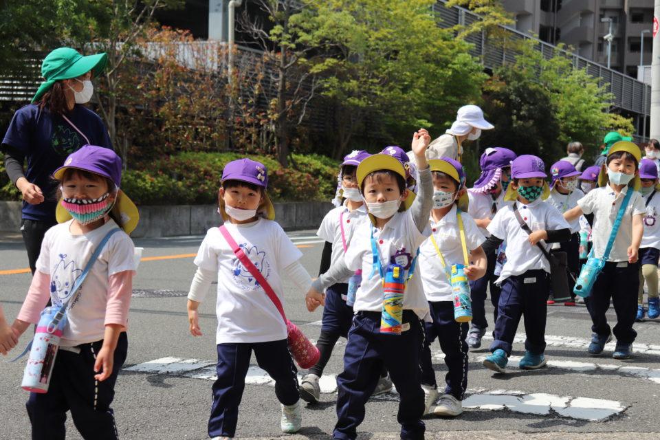 横断歩道を渡っている園児達