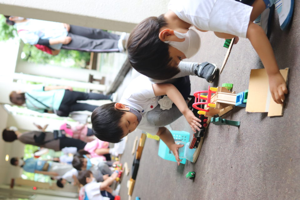 廊下で線路を作っている園児達
