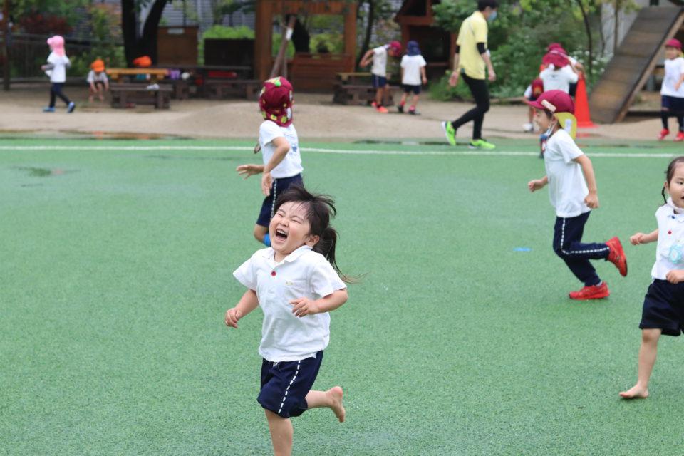 笑いながら走り回っている園児