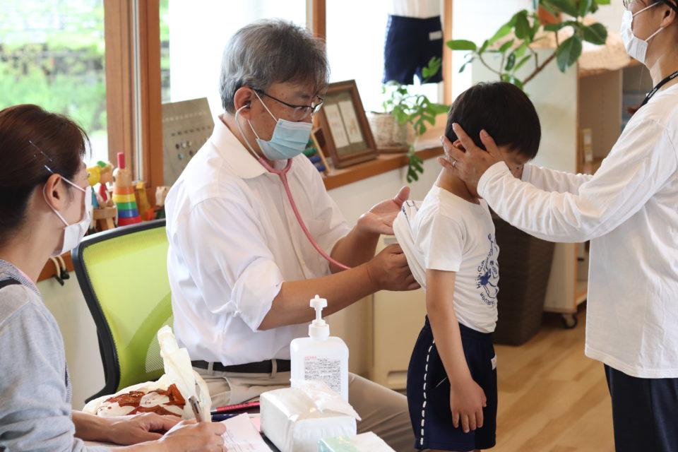 内科検診を受けている園児