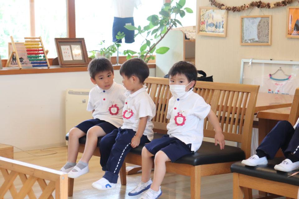 椅子に座って順番を待っている園児達
