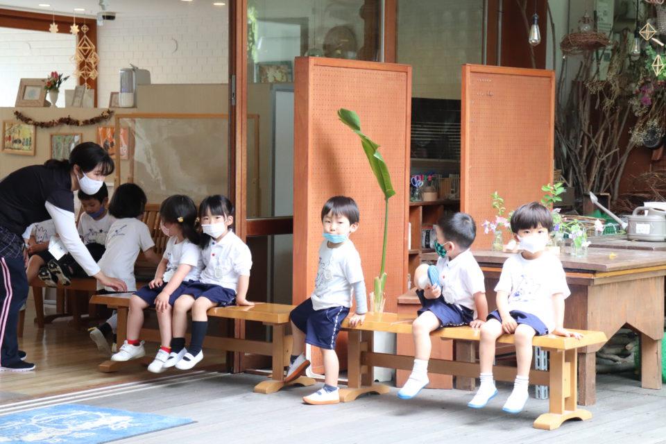 内科検診の順番を待っている園児達