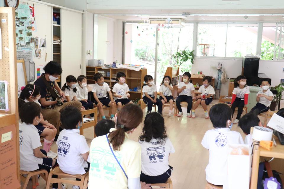 先生のギターで歌を歌っている園児達